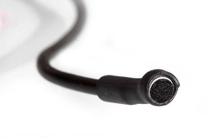 Mukana tulee mikrofoni. Yksinkertainen kapseli riittävän pitkän johdon päässä.