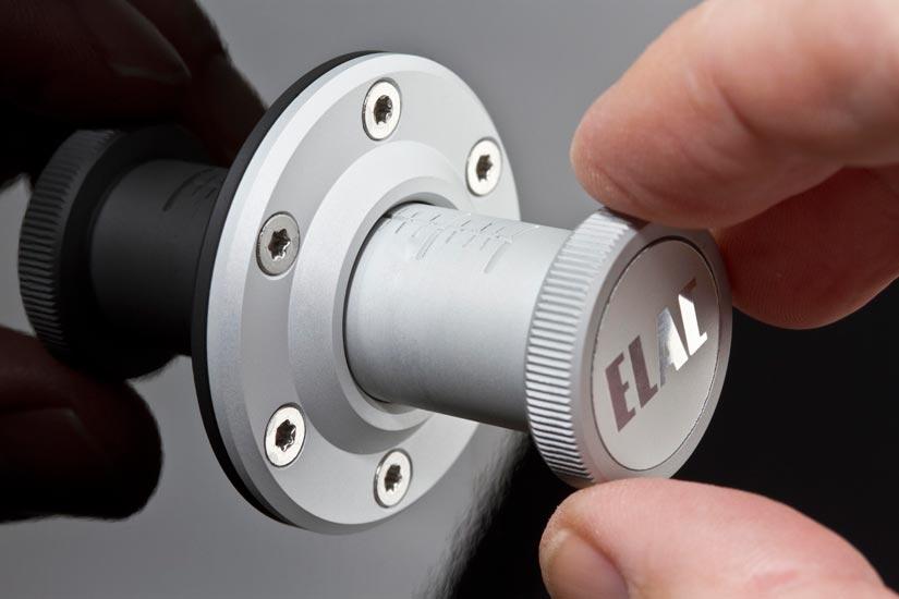 Säätöruuvi kiinnittyy VX-JET-elementin vahvaan magneettiin ja liikuttaa koko elementtiä noin sentin eteen- tai taaksepäin.