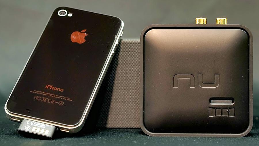 iPhone, jossa iTX kiinni, vieressä Air DAC -vastaanotin.