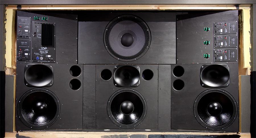 Etukaiuttimina toimivat AudioVideo.fi:n omat Nitrosäiliö-rakennusohjekaiuttimet Hypex AS2.100 -moduuleilla aktivoituina. Subwoofer on Eighteen Sound 18LW2400 Hypex PSC2.700 -vahvistimella.
