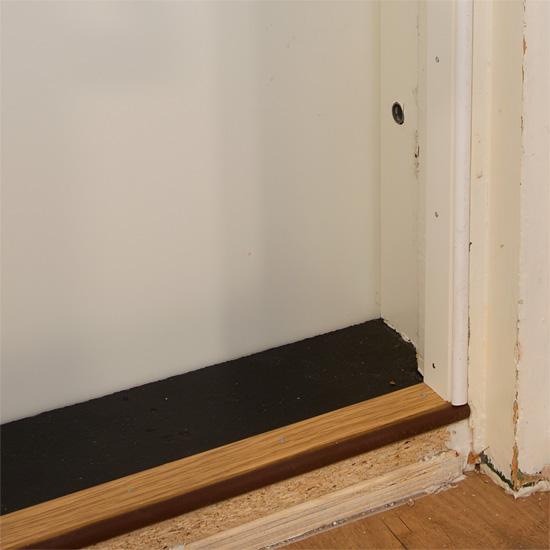 Alkuperäisen oven äänieristystä parannettiin lisätiivisteillä.
