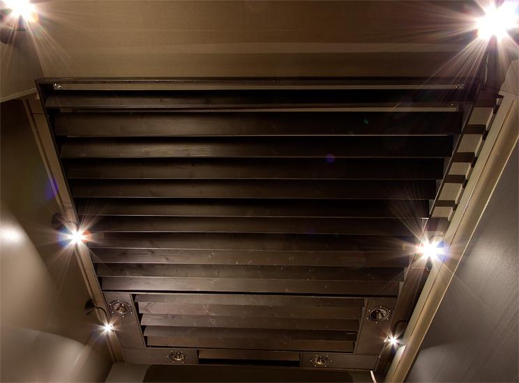 Kattoon nostettiin kehikko, jonka läpäisyvä voidaan säätää kääntämällä päädyistään yhdellä ruuvilla kiinnitettyjen lautojen asentoa.