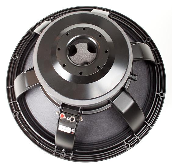 Eighteen Sound 18LW2400 on 12-kiloinen PA-subbarijärkäle. Toisto on venytetty vaimentumattomana 10 hertsiin saakka.